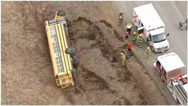 加拿大:校车侧翻到沟里!学生受伤入院!校车什么时候才配安全带?